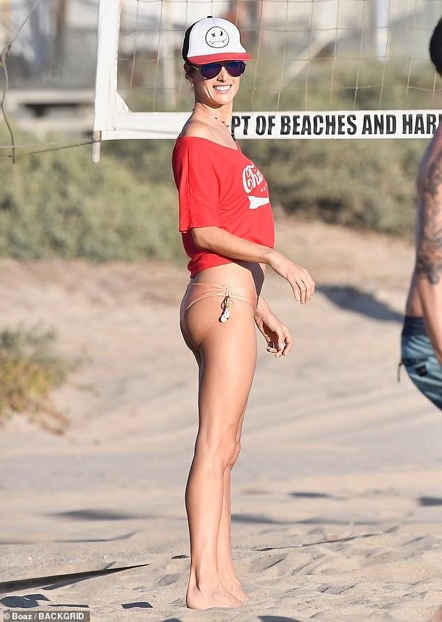 Alessandra Ambrosio mặc gợi cảm chơi bóng chuyền bãi biển ảnh 8