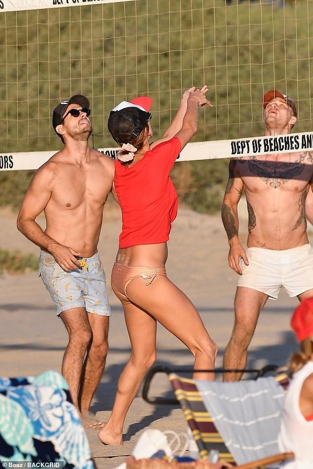 Alessandra Ambrosio mặc gợi cảm chơi bóng chuyền bãi biển ảnh 7