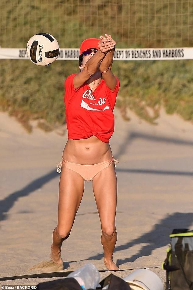 Alessandra Ambrosio mặc gợi cảm chơi bóng chuyền bãi biển ảnh 6