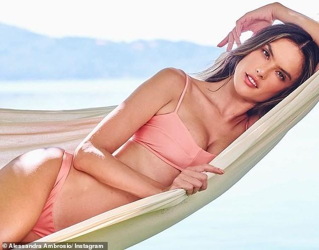 Alessandra Ambrosio mặc gợi cảm chơi bóng chuyền bãi biển ảnh 10