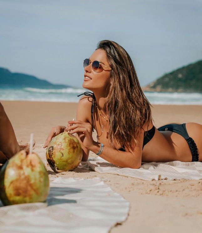 Alessandra Ambrosio mặc gợi cảm chơi bóng chuyền bãi biển ảnh 9