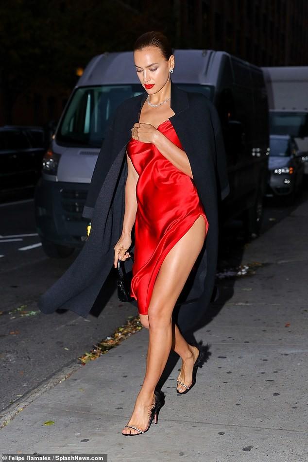 Irina Shayk mặc xuyên thấu lộ nội y đi dự show ở Ý ảnh 11
