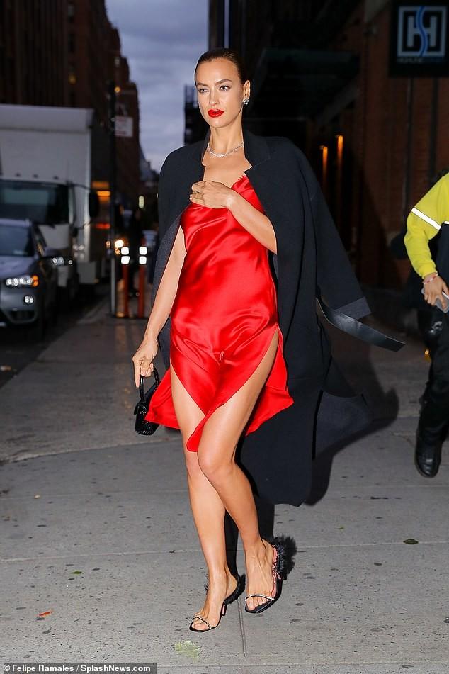 Irina Shayk mặc xuyên thấu lộ nội y đi dự show ở Ý ảnh 13