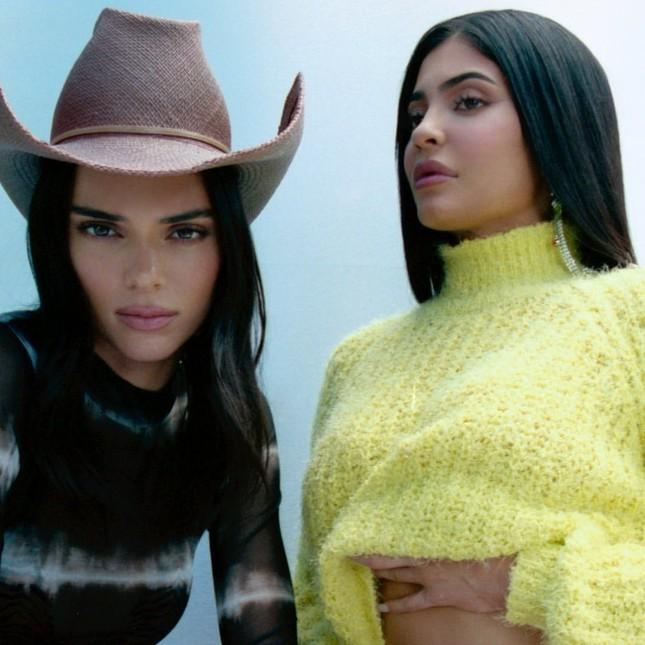 Kylie Jenner hóa nàng thỏ Playboy bốc lửa đi chơi Halloween ảnh 10