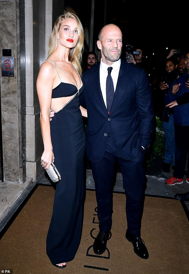 'Người vận chuyển' Jason Statham ôm eo không rời bạn gái ở sự kiện ảnh 1