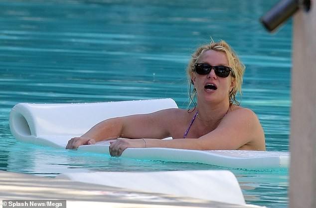 Britney Spears nghỉ mát ở Miami cùng bạn trai kém 13 tuổi ảnh 10