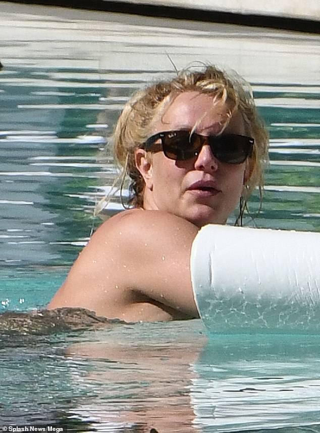 Britney Spears nghỉ mát ở Miami cùng bạn trai kém 13 tuổi ảnh 3