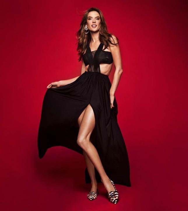 Ngất ngây đôi chân dài trứ danh của siêu mẫu Alessandra Ambrosio ảnh 14
