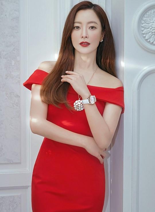 Ngỡ ngàng nhan sắc tuổi 43 của nữ thần sắc đẹp xứ Hàn Kim Hee Sun ảnh 1