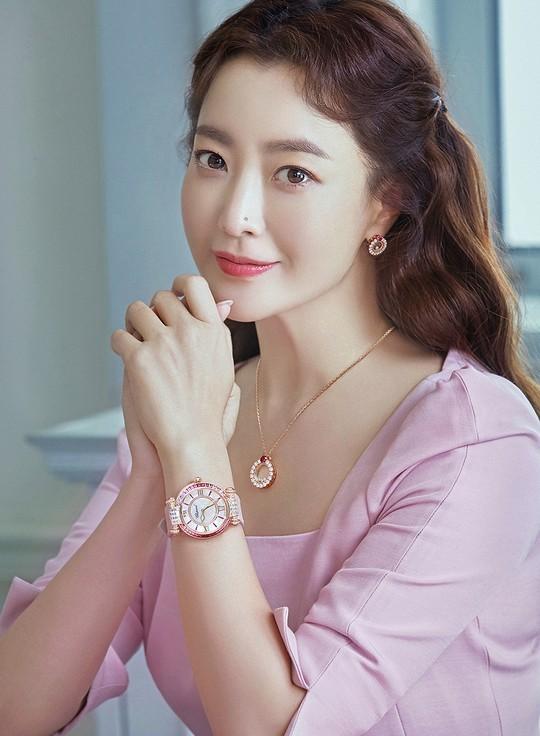 Ngỡ ngàng nhan sắc tuổi 43 của nữ thần sắc đẹp xứ Hàn Kim Hee Sun ảnh 2