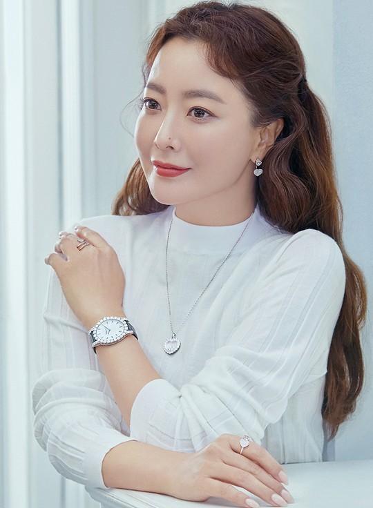 Ngỡ ngàng nhan sắc tuổi 43 của nữ thần sắc đẹp xứ Hàn Kim Hee Sun ảnh 4