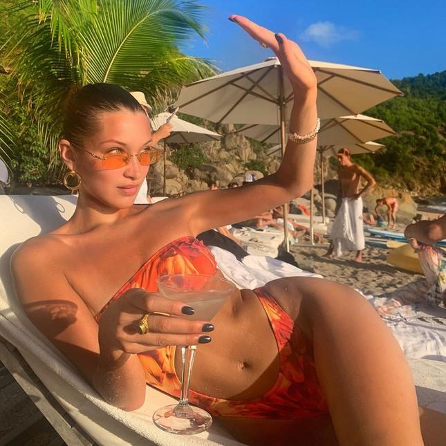 'Đỏ mặt' xem Bella Hadid áo xuyên thấu mỏng tang tạo dáng bên cây dừa ảnh 12