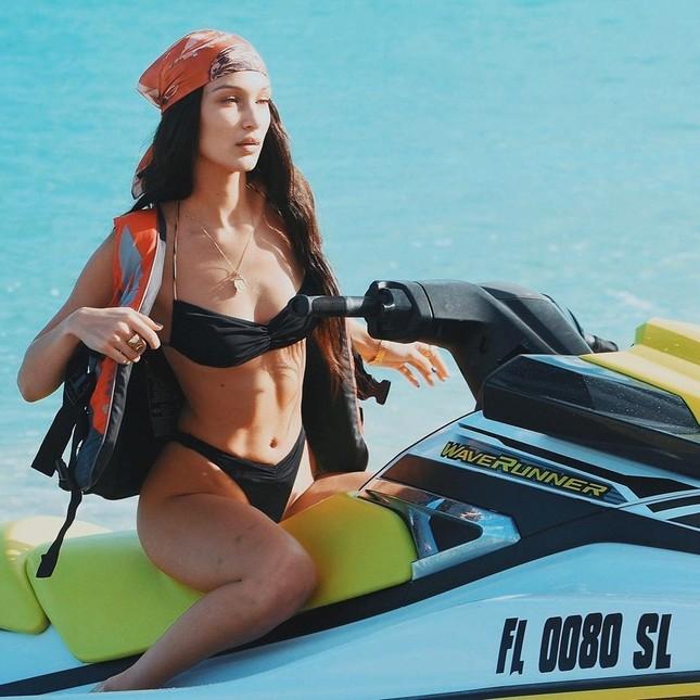 'Đỏ mặt' xem Bella Hadid áo xuyên thấu mỏng tang tạo dáng bên cây dừa ảnh 13