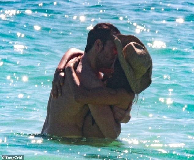 Bóng hồng 'Fast & Furious' diện bikini say đắm bên bạn trai ở Mexico ảnh 4