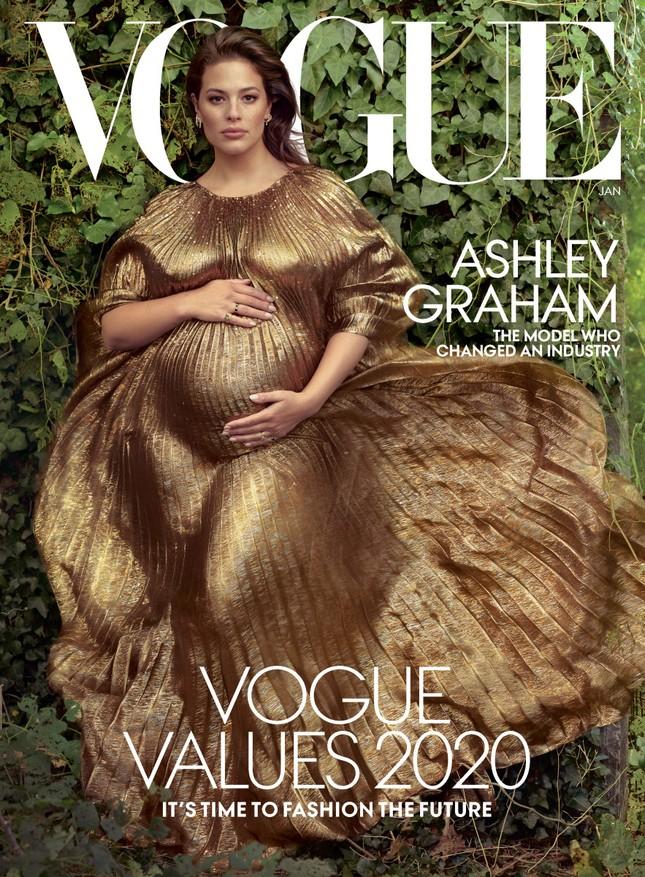 Mẫu béo Ashley Graham chụp ảnh bầu táo bạo bên chồng ảnh 1