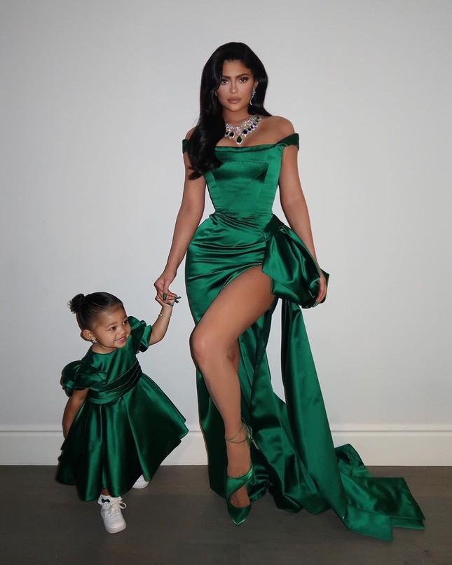 Kylie Jenner diện váy 'hàng thửa' xẻ cao tôn ngực nảy nở ảnh 3