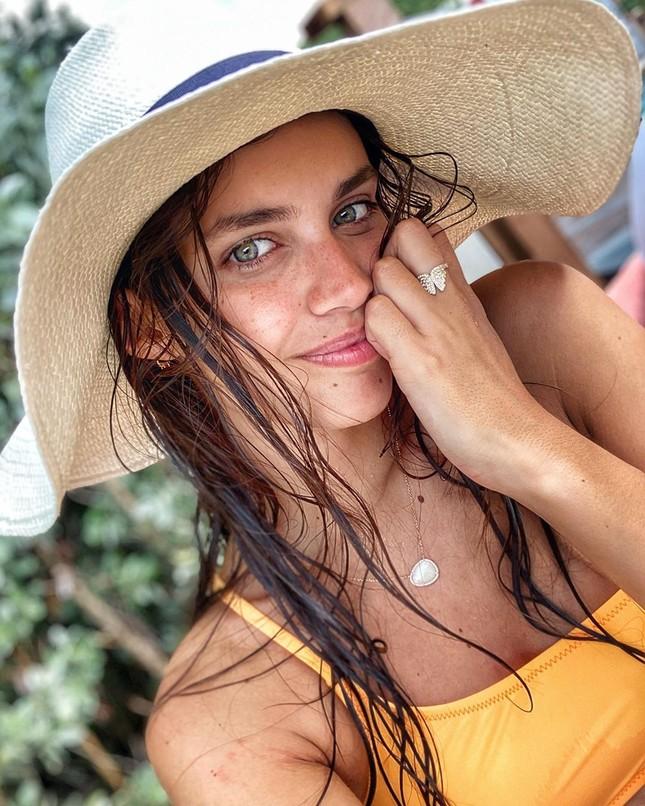 Sara Sampaio diện bikini đón năm mới ở biển ảnh 7