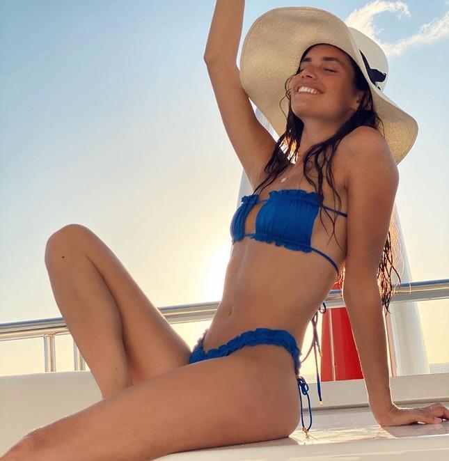 Sara Sampaio diện bikini đón năm mới ở biển ảnh 2