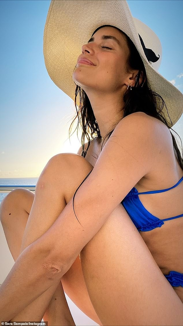 Sara Sampaio diện bikini đón năm mới ở biển ảnh 5