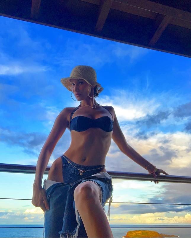 Bella Hadid diện bikini đùa giỡn sóng biển ảnh 25