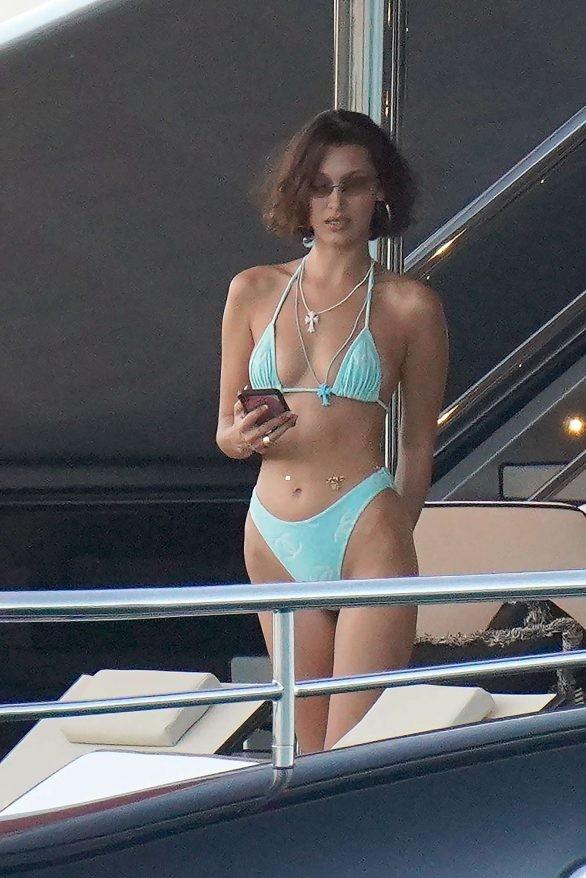 Bella Hadid diện bikini đùa giỡn sóng biển ảnh 1