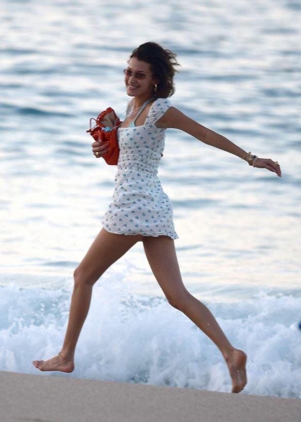Bella Hadid diện bikini đùa giỡn sóng biển ảnh 12