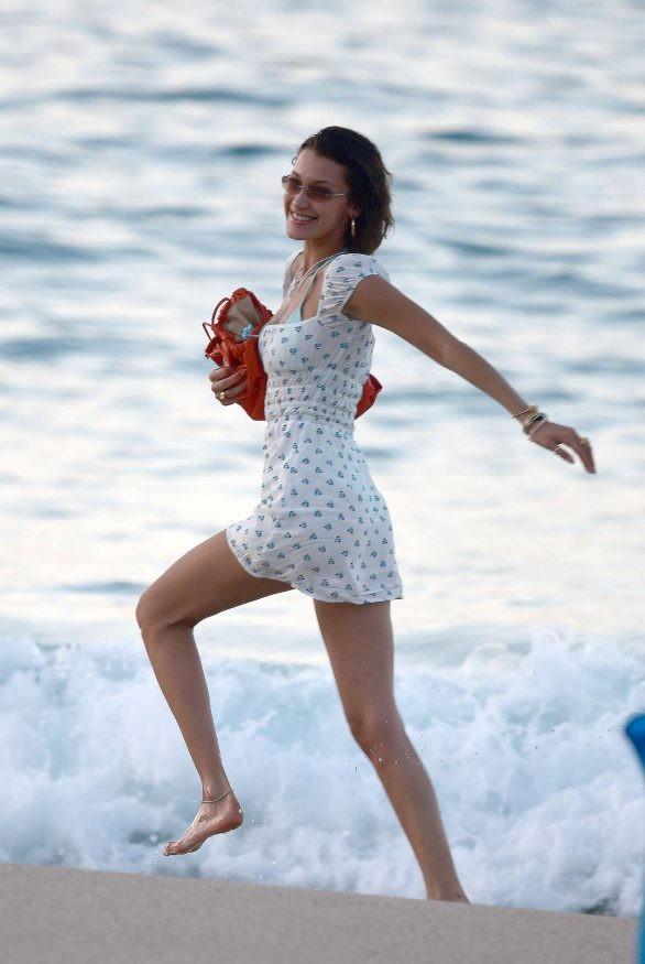 Bella Hadid diện bikini đùa giỡn sóng biển ảnh 11
