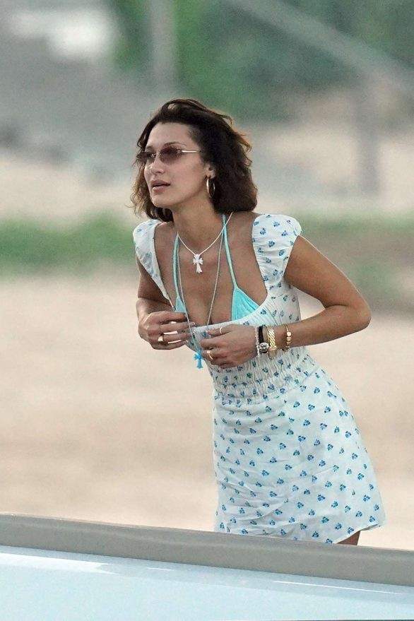 Bella Hadid diện bikini đùa giỡn sóng biển ảnh 13