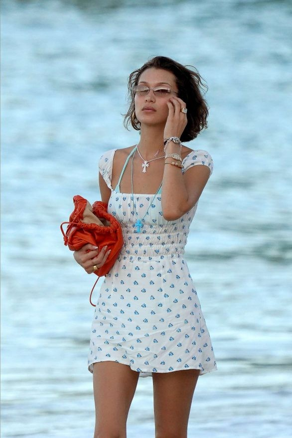 Bella Hadid diện bikini đùa giỡn sóng biển ảnh 16