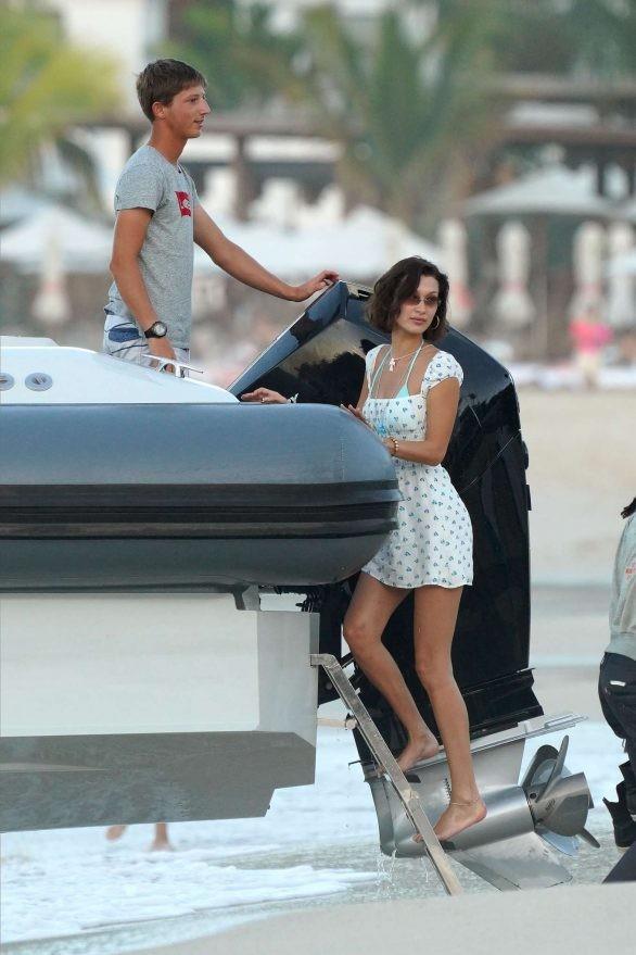 Bella Hadid diện bikini đùa giỡn sóng biển ảnh 17