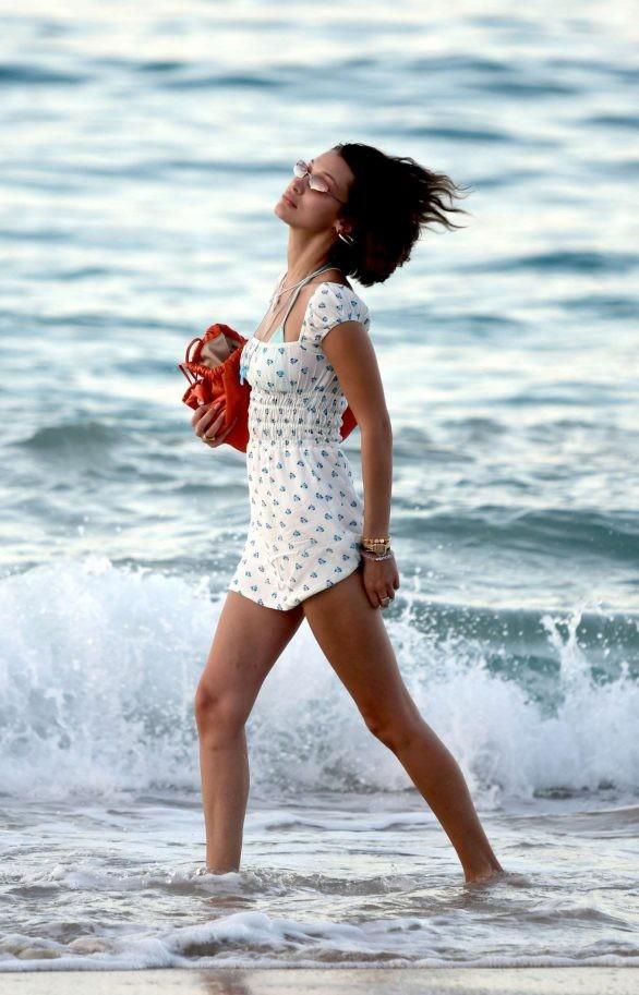 Bella Hadid diện bikini đùa giỡn sóng biển ảnh 18