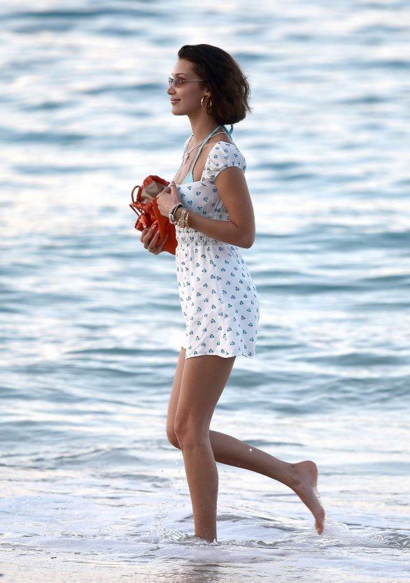 Bella Hadid diện bikini đùa giỡn sóng biển ảnh 21