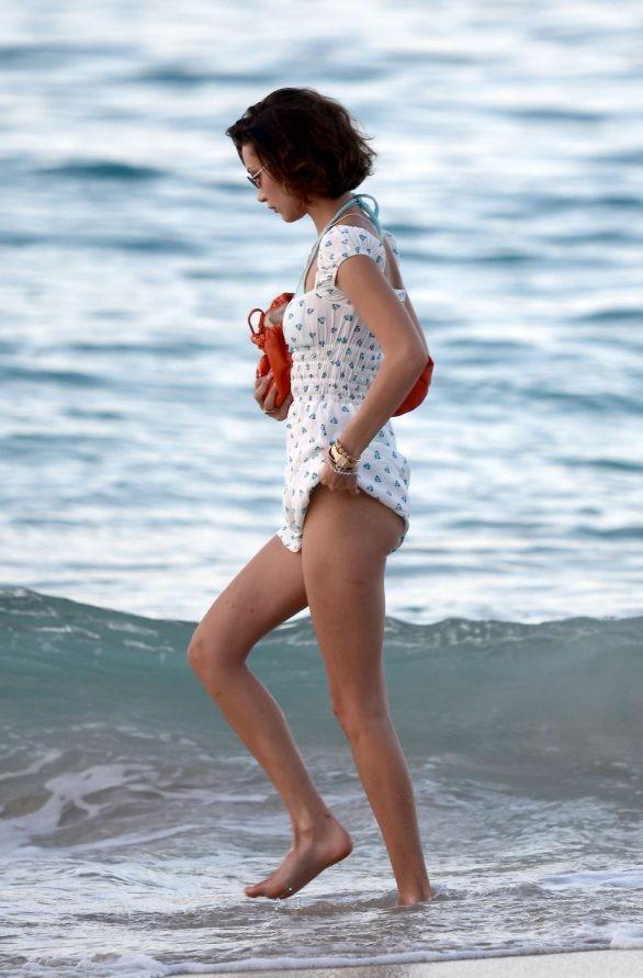 Bella Hadid diện bikini đùa giỡn sóng biển ảnh 23