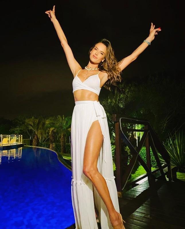 Alessandra Ambrosio diện bikini đỏ rực tắm nắng ảnh 15