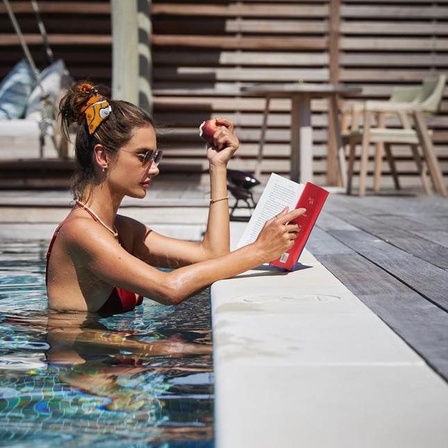 Alessandra Ambrosio diện bikini đỏ rực tắm nắng ảnh 9