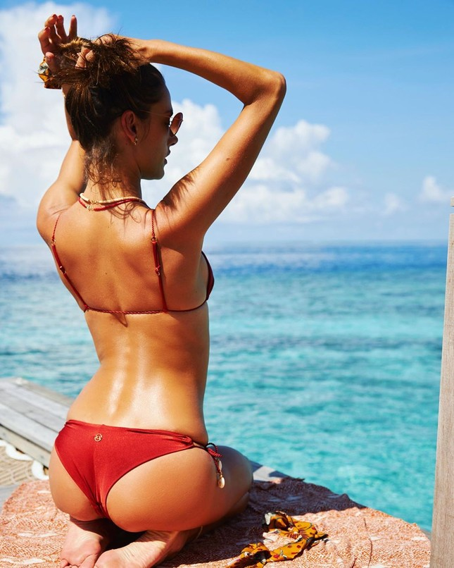 Alessandra Ambrosio diện bikini đỏ rực tắm nắng ảnh 10