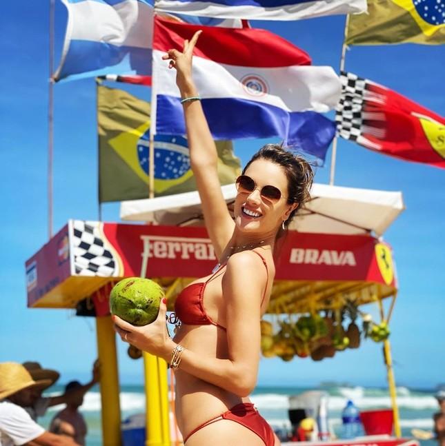 Alessandra Ambrosio diện bikini đỏ rực tắm nắng ảnh 11