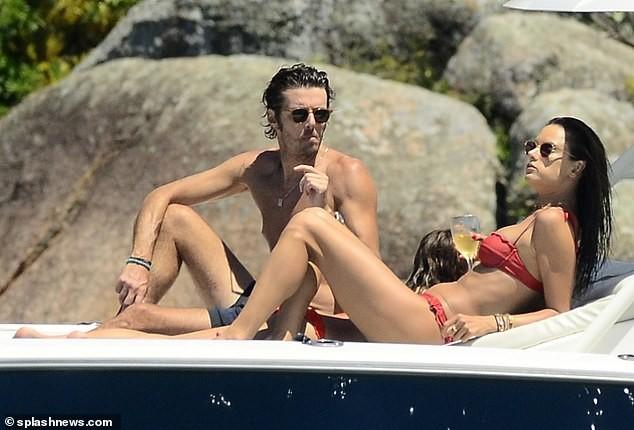 Alessandra Ambrosio diện bikini đỏ rực tắm nắng ảnh 4