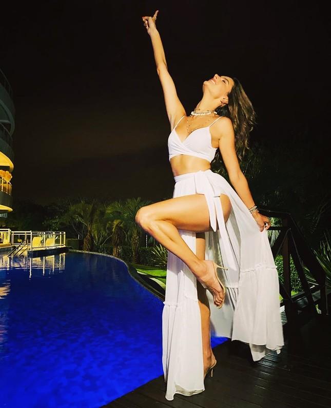 Alessandra Ambrosio diện bikini đỏ rực tắm nắng ảnh 17