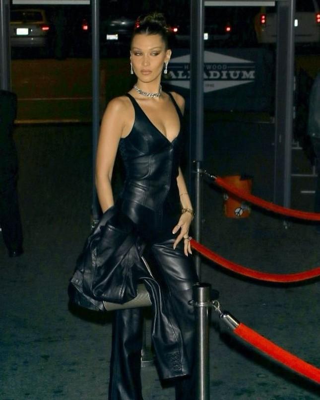 Bella Hadid mặc xuyên thấu tôn đường cong 'nảy lửa' ảnh 3