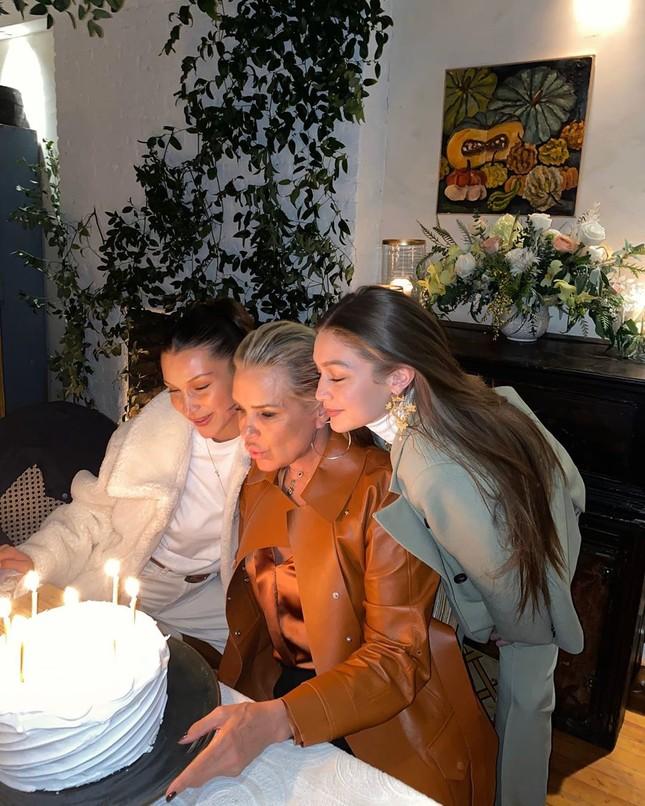Bella Hadid mặc xuyên thấu tôn đường cong 'nảy lửa' ảnh 7