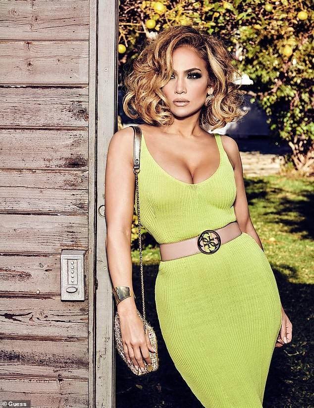 Jennifer Lopez 50 tuổi trẻ đẹp đầy mê hoặc với đường cong 'nảy lửa' ảnh 3