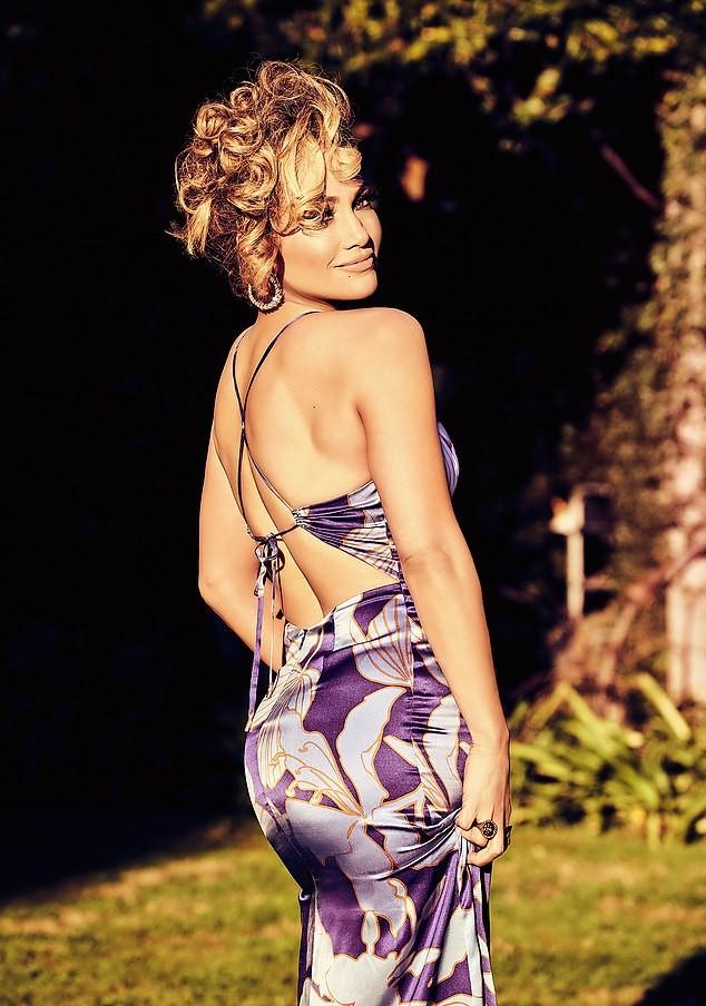 Jennifer Lopez 50 tuổi trẻ đẹp đầy mê hoặc với đường cong 'nảy lửa' ảnh 4