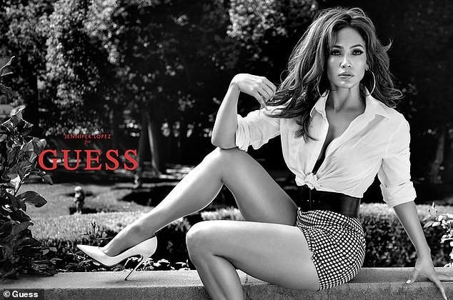 Jennifer Lopez 50 tuổi trẻ đẹp đầy mê hoặc với đường cong 'nảy lửa' ảnh 5