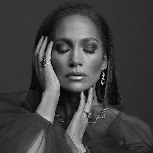 Jennifer Lopez 50 tuổi trẻ đẹp đầy mê hoặc với đường cong 'nảy lửa' ảnh 8