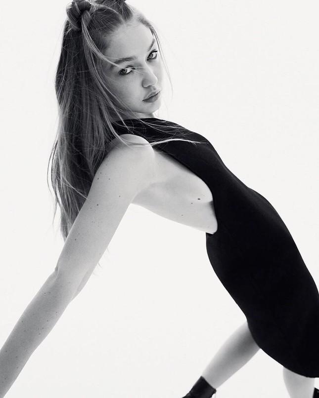 Gigi Hadid cởi áo bán nude trên Vogue Nga ảnh 8
