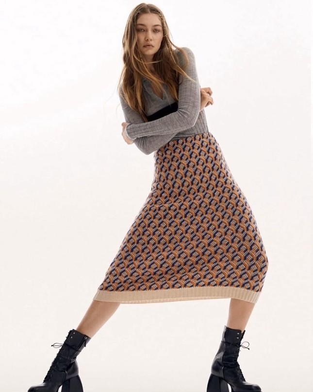 Gigi Hadid cởi áo bán nude trên Vogue Nga ảnh 12