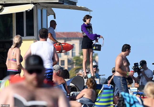 Con gái 18 tuổi của Cindy Crawford thả dáng tuyệt đẹp với bikini ảnh 14