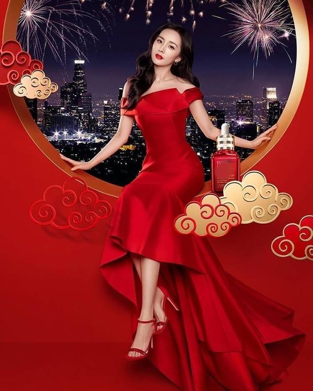 Dương Mịch son đỏ quá đỗi xinh đẹp yêu kiều đầu năm ảnh 2
