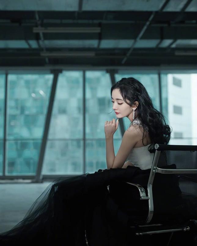 Dương Mịch váy ngắn tôn đường cong hút mắt, chân dài miên man ảnh 10